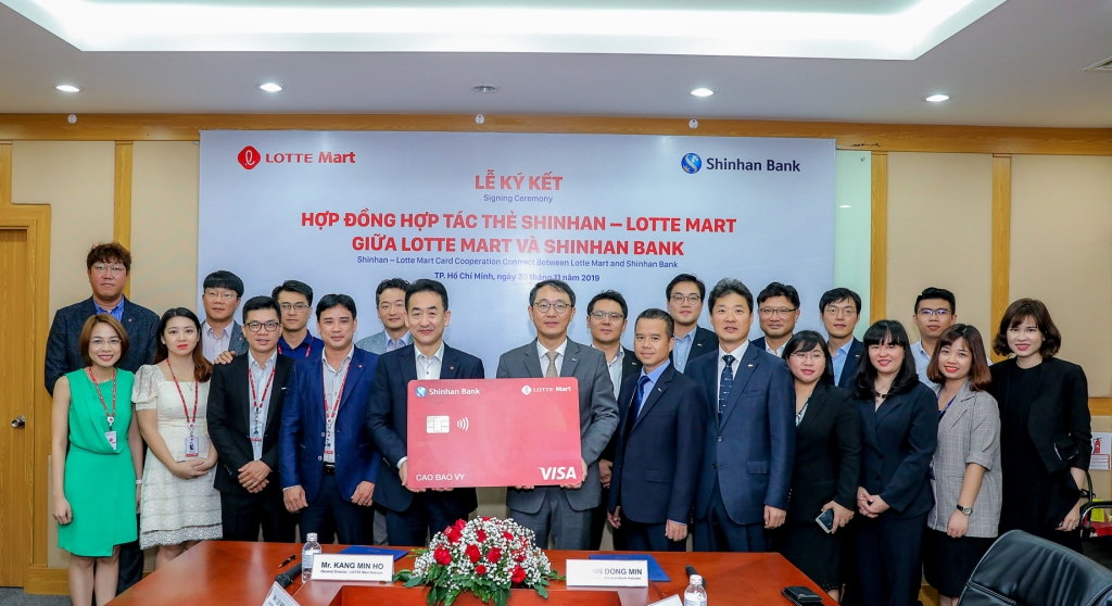 ngan hang shinhan va lotte mart hop tac ra mat the shinhan lotte mart