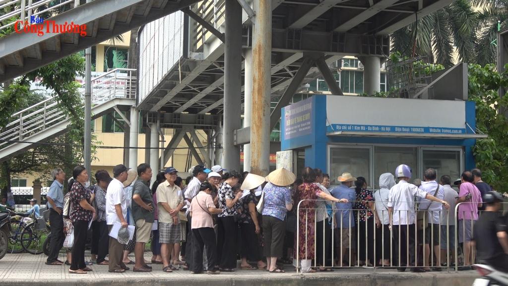 Người dân xếp hàng làm thẻ xe buýt miễn phí
