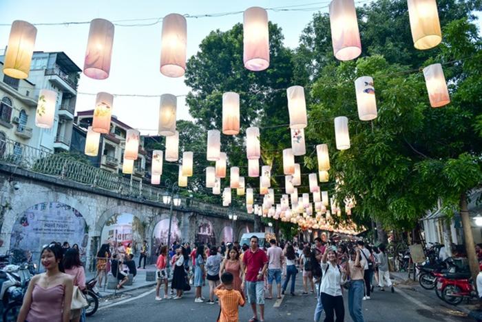Rực rỡ sắc lồng đèn trên phố bích họa Phùng Hưng
